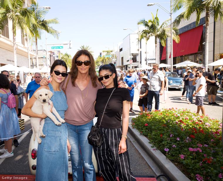 Családi fotó Kendall és Kylie Jennerrel valamint nővé operált  apjukkal, Caitlyn Jennerrel Beverly Hillsben.