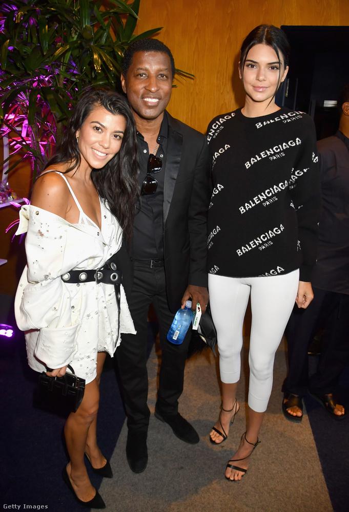 Kendall Jenner fehér cicanadrágban, míg Kourtney Kardashian egy övvel átfogott ingruhában jelent meg az Apple Music Beverly Hills-i bemutatóján.