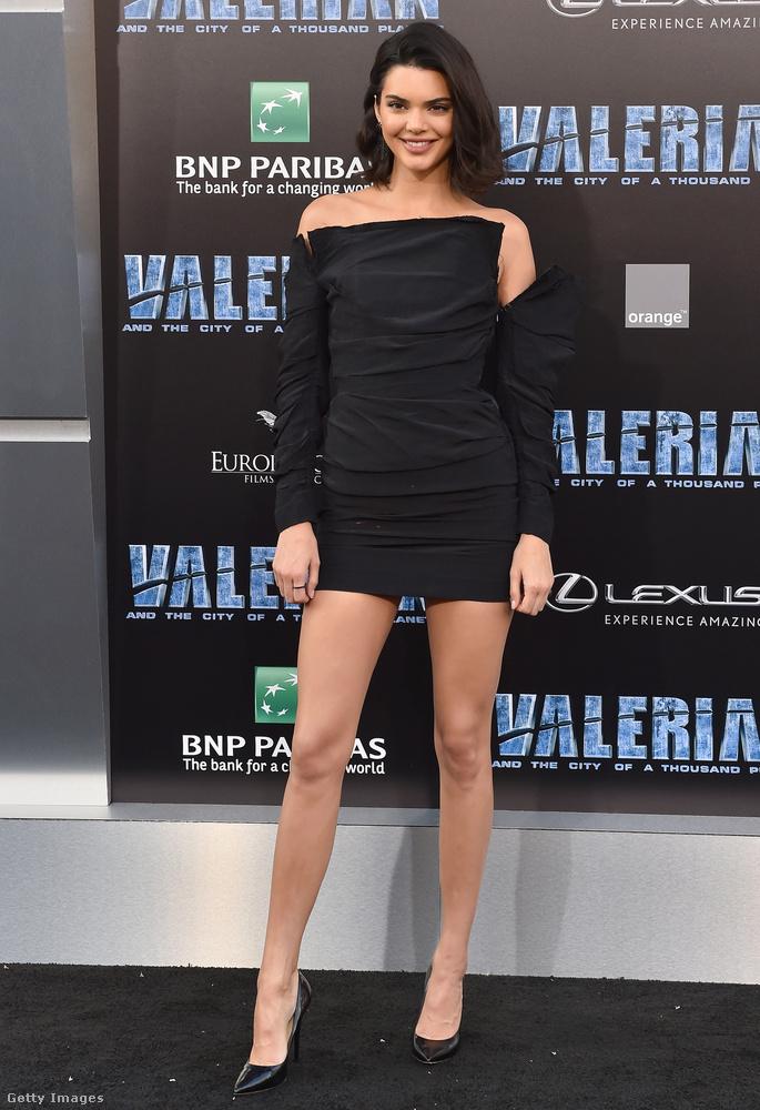 Csinos kis fekete ruha egy Los Angeles-i filmbemutatón.