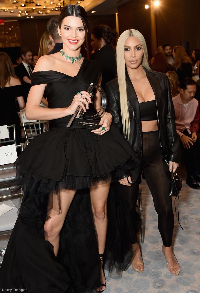 Kendall Jenner és féltestvére, Kim Kardashian is feketében ment a New York-i Daily Front Row's Fashion Media-díjátadóra