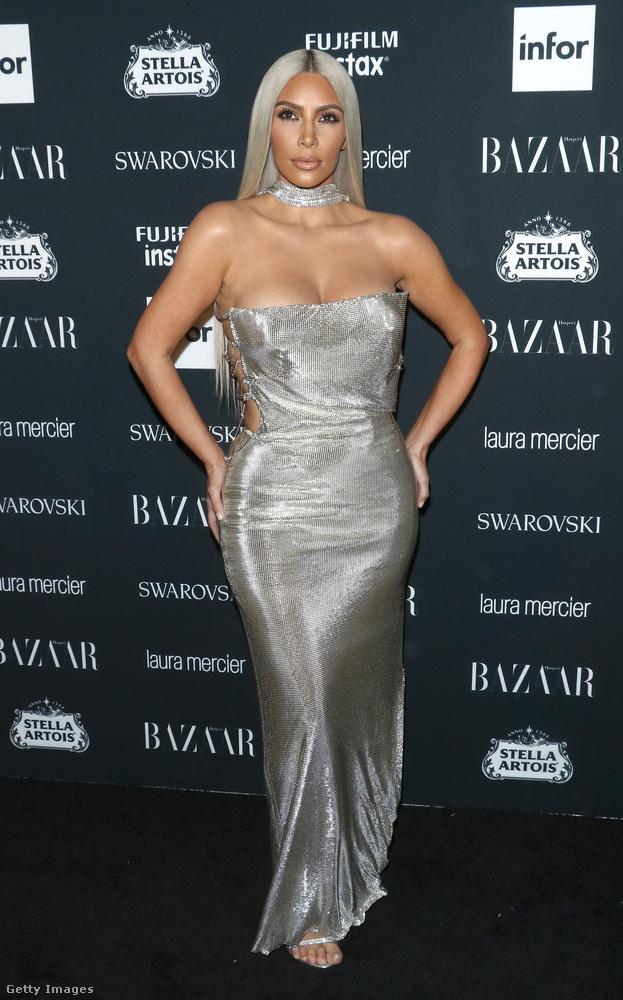 Mellkirakós ezüstruha a Harper's Bazaar Icons partin New Yorkban.