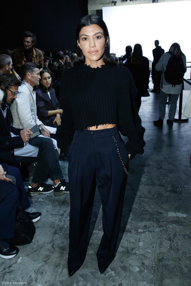 Láncos pantalló és hasvillantós pulóver Haider Ackermann párizsi bemutatóján.