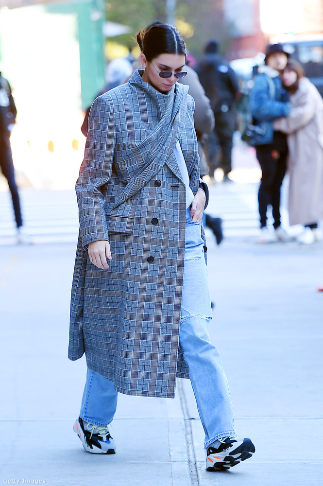 Természetesen Kendall Jenner is beszerzett egy gagyinak látszó luxusedzőcipőt és egy túlméretezett kockás kabátot a szezonban.