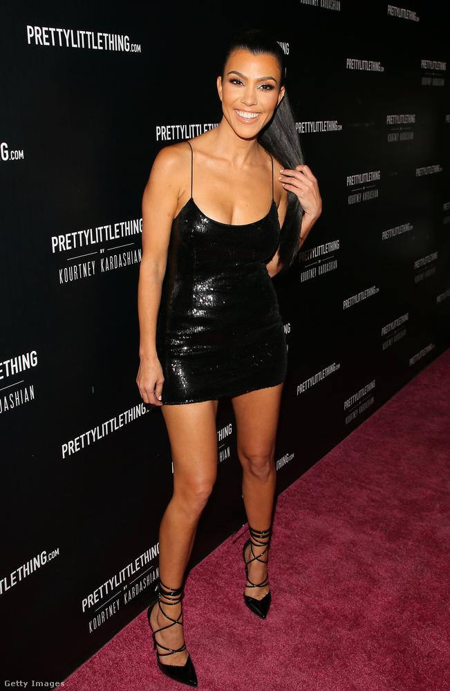 Spagettipántos fekete mini Kourtney Kardashianen Los Angelesben.