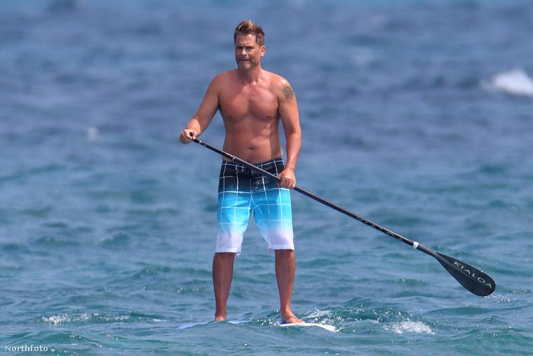 És egy hírességgel zárjuk a random fotósorozat első tucatját: ő Rob Lowe sorozatszínész, 53 éves és remek formában van