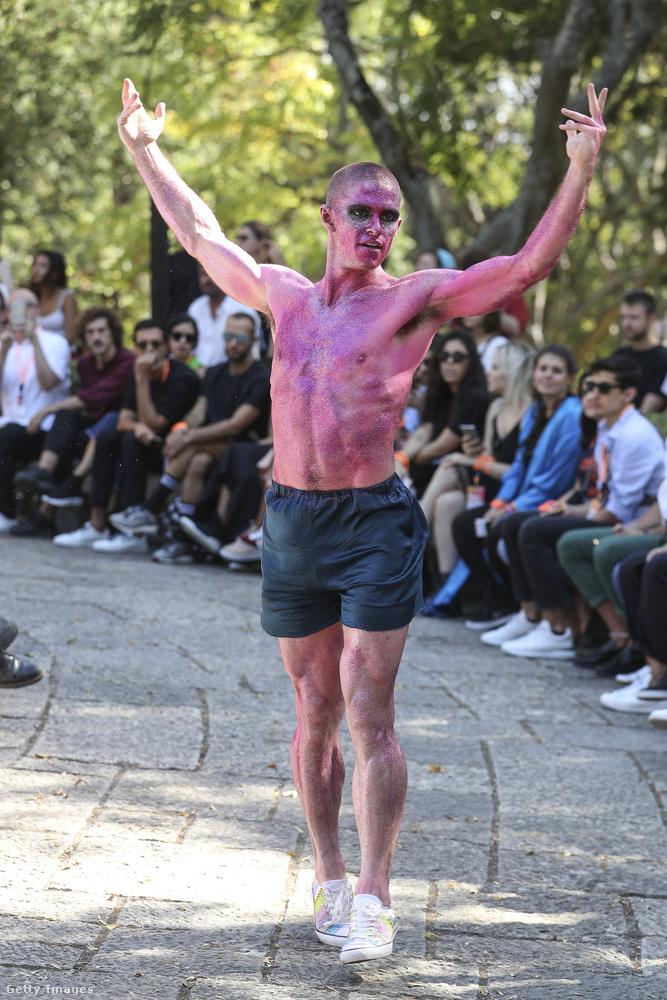Ő az utcán szórakoztatta a közönséget a lisszaboni divathéten október 8-án.