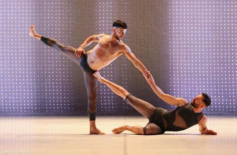 Egy kép a Syndey Dance Company azon előadásából, amelynek címe Dark Half.
