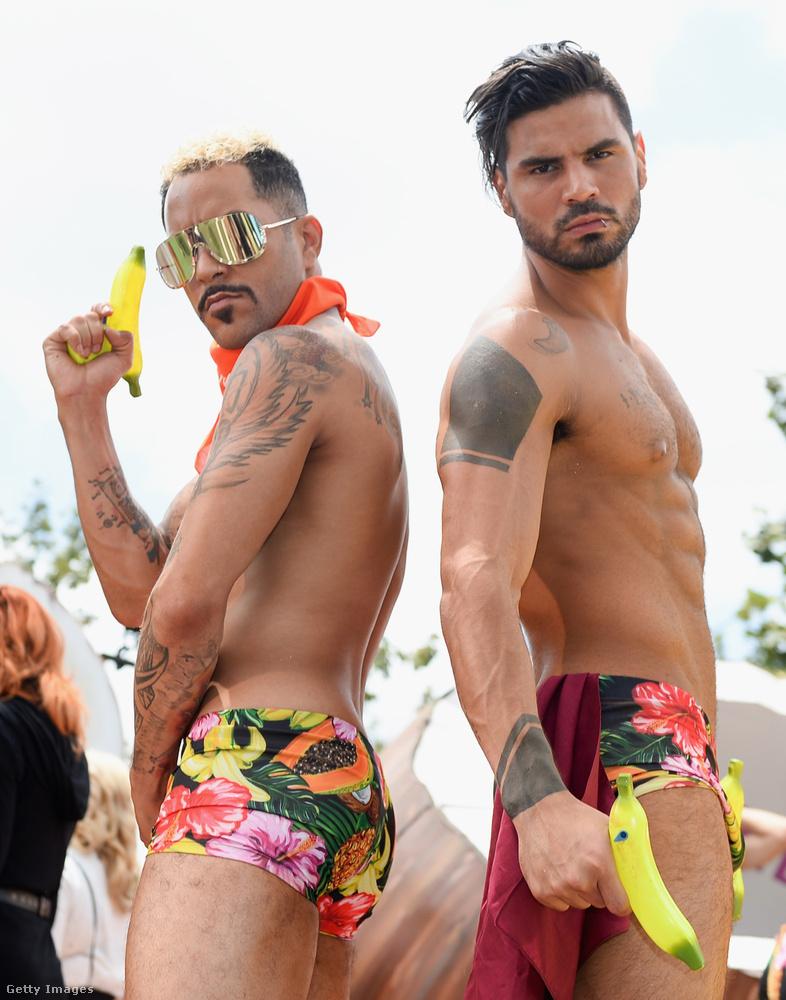 Egy fotó az idei LA Pride-ról, ahol ez a két fiatalember meg akarta mutatni a testét