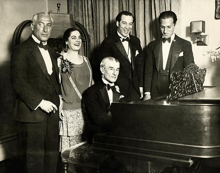Ravel a zongoránál 1928-ban, körülötte barátai. A jobb szélen George Gershwin.