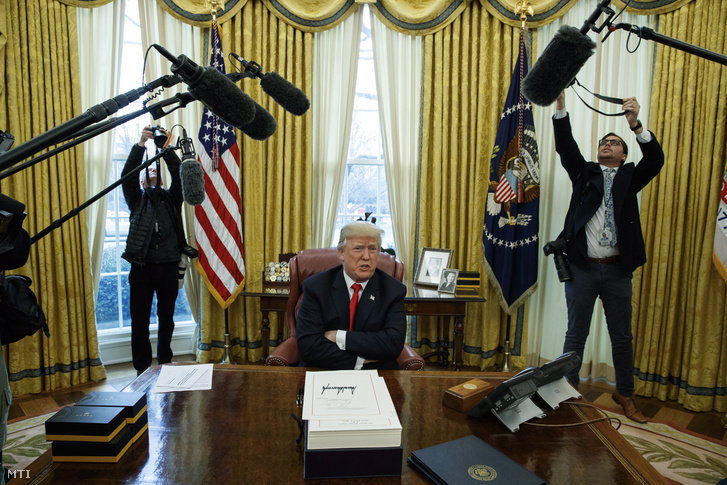 Donald Trump amerikai elnök nyilatkozik a sajtó képviselőinek, miután aláírta az adóreformról szóló törvényt a washingtoni Fehér Ház Ovális irodájában 2017. december 22-én.