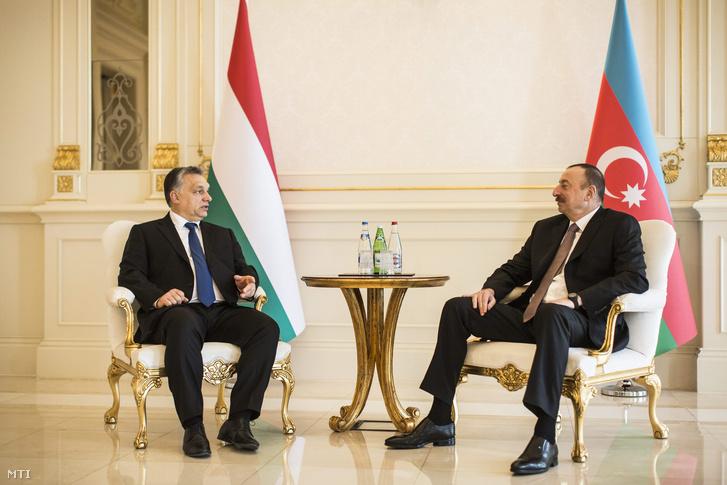 A Miniszterelnöki Sajtóiroda által közreadott képen a hivatalos látogatáson Azerbajdzsánban tartózkodó Orbán Viktor miniszterelnök (b) és Ilham Aliyev azeri elnök tárgyalása a Baku melletti elnöki palotában 2016. március 6-án.
