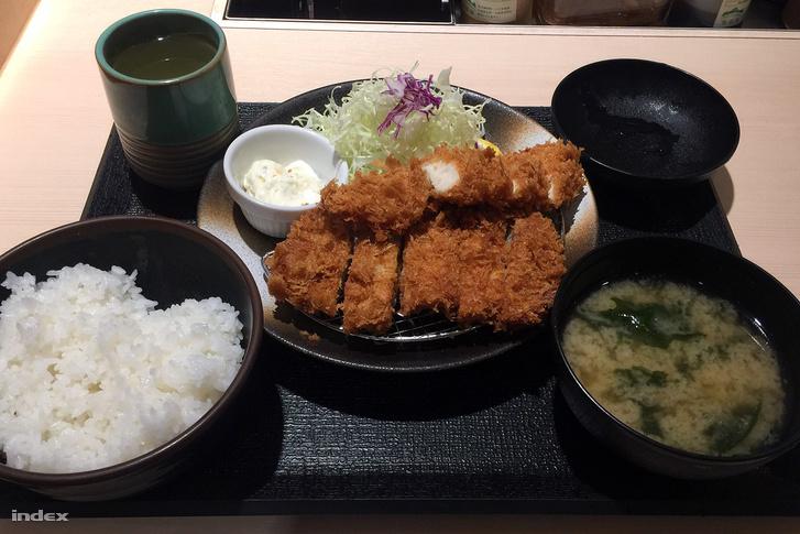 1500 forintos fapados csirke és sertés rántotthúsmenü a Tonkatsu Macunoja gyorsétteremláncban.
