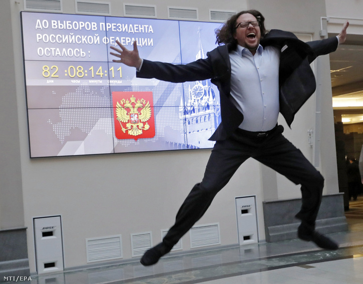 Szergej Polonszkij orosz milliárdos miután átnyújtotta a hivatalos elnökjelöltségérõl szóló dokumentumot