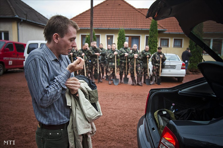 Kolontár, 2010. október 6. Jávor Benedek, az Országgyűlés fenntarthatófejlődés-bizottságának elnöke Kolontáron (Fotó: Szigetváry Zsolt)