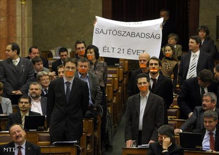 2010. december 21. Az LMP performansza a médiatörvény zárószavazásakor (Fotó: Kovács Attila)