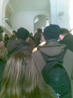 Sorszámra várva, a fiumei úti igazgatóság lépcsőjén. (fotó: Index)