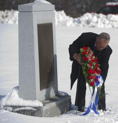 Charles Bolden a NASA vezetője koszorút helyez el a virginiai Arlington temetőben a Columbia űrsikló emlékműjénél