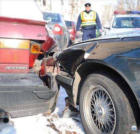 A sofőr menekülés közben egy autót összetört, majd a jeges úton megcsúszott és egy parkoló autónak csapódott, végül a rendőrök autójába is beletolatott