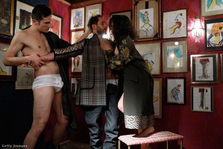 Itt nem igazán értjük, hogy mi történik, de ez az Anthony Marras-divatbemutató része volt januárban a milánói férfidivathéten.