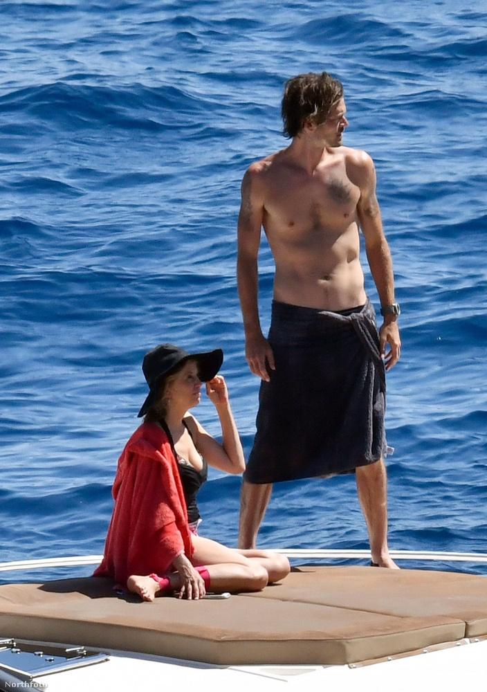 Ő pedig Mira Sorvino színésznő és az ő férje, Christopher Backus, miközben Caprin nyaralnak.