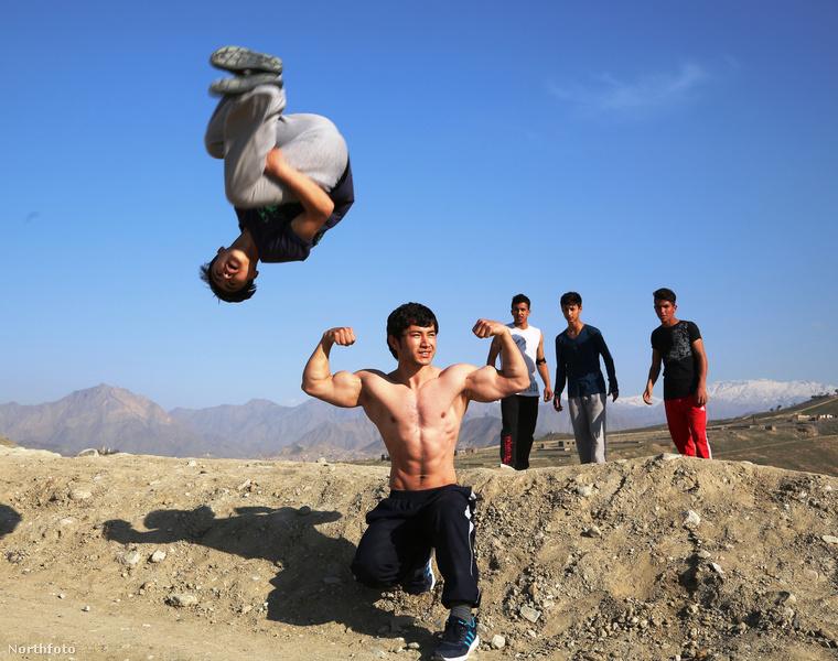 Ez a fotó április 1-én készült Afganisztánban, Kabulban a helyi parkouros/akrobata fiatalokról.