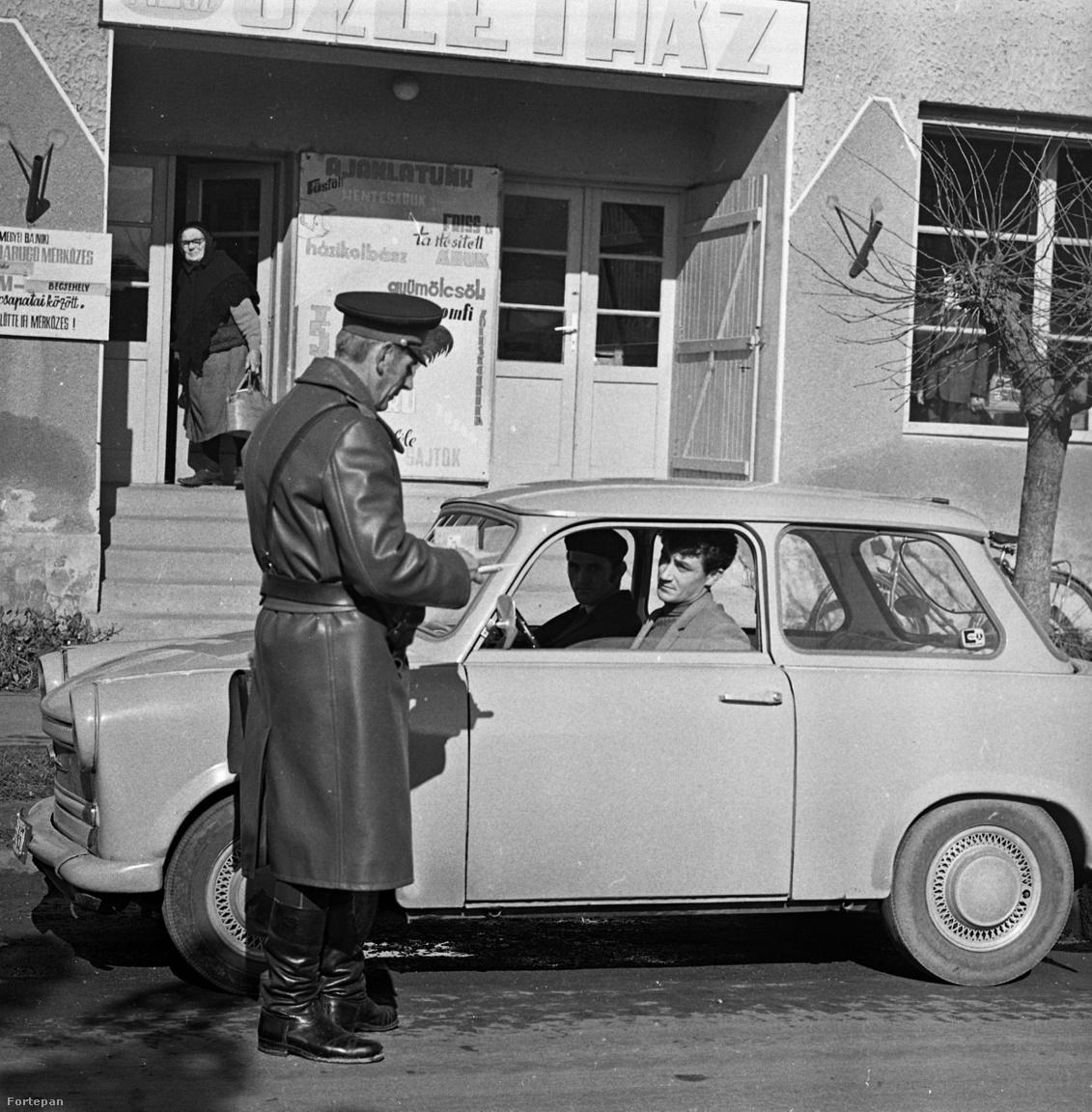 Adataink itt is vannak, több is, mint ami általában érkezik. A fotó a                         Magyar Rendőr folyóirat egy Zala-megyei riportjában jelent meg,                         1972-ben. A baloldali plakáton egyértelműen látható, hogy a település                         nevének utolsó betűje M és a falu Becsehely focicsapatával játszhatott                         a kérdéses hétvégén. Segítsenek!