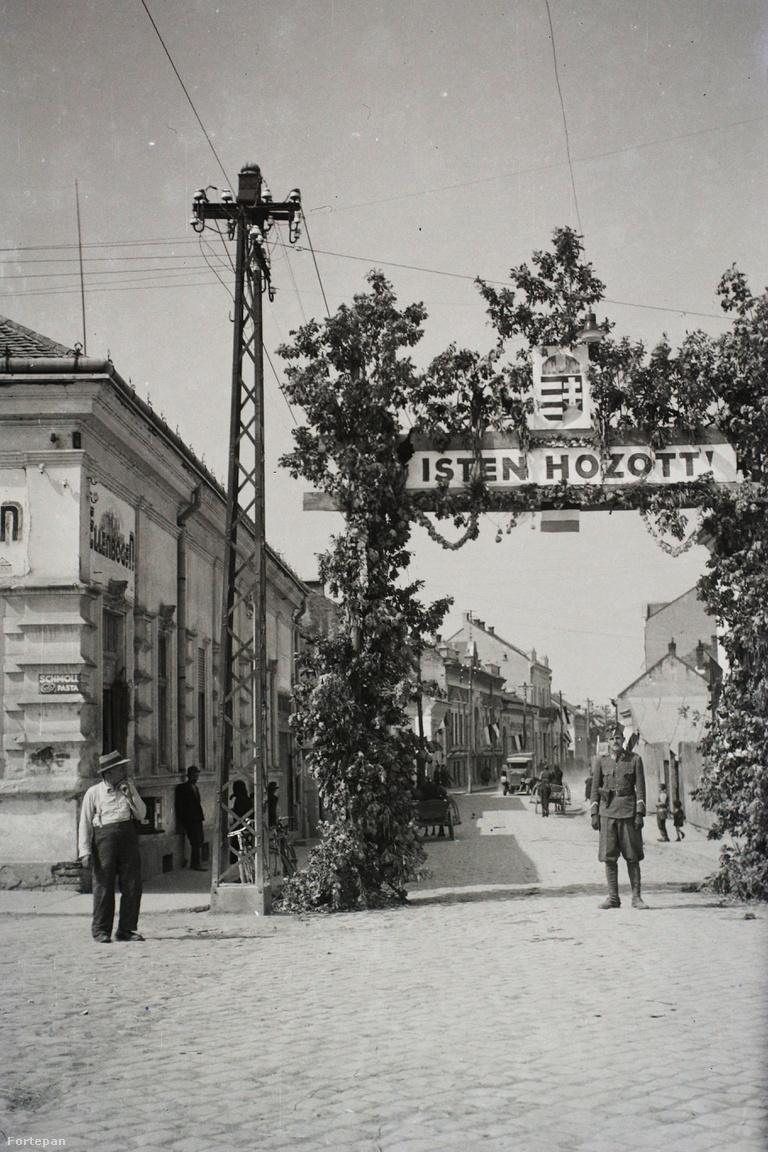 Az 1940-es bécsi döntést követő Észak-Erdélyi bevonulás során                         számtalan fotó készült. A Fortepanon is több száz képet találhatnak az                         eseménysorról, még színes diákat is akár. Jórészüket sikerült                         adatolni, ritka az olyan városi utcakép ahol nem tudjuk a helyszínt.                         Ime az utóbbiak közül a legbosszantóbb, Kókány Jenő honvédtiszt                         felvétele. Tippünk itt is van, mi Szatmárnémetire gyanakszunk. Sajnos                         igazolni még nem sikerült a megérzést.