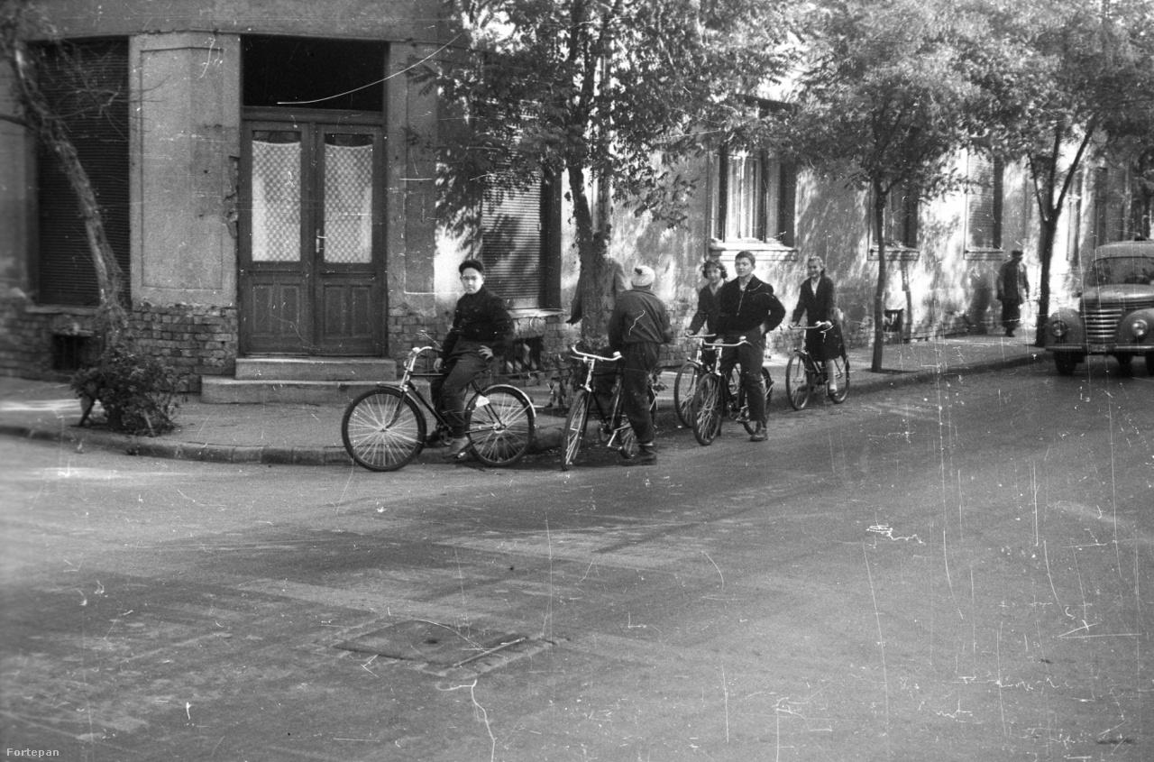 Két kép is készült ezen az ismeretlen helyszínen. A szerző az Esti                         Hírlap fotóriportere, Sándor György. Vagyis itt is biztosra vehetjük,                         hogy Budapesten készült a fotó, ránézésre valamelyik külső kerületben.                         A biciklik gyanúsan újak.
