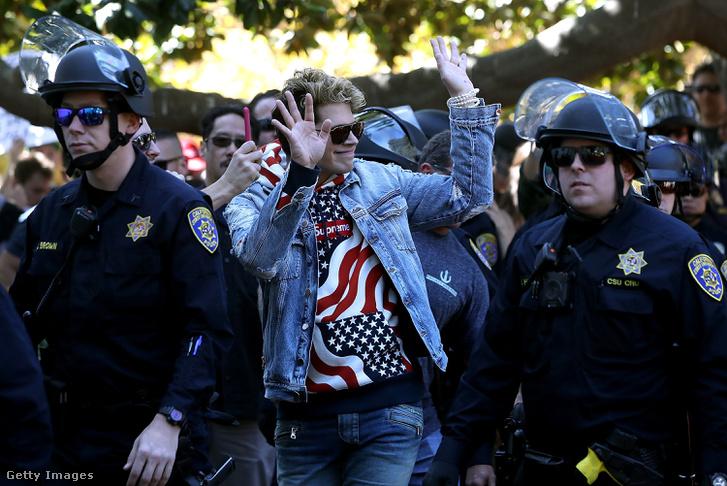 2017. szeptember 24: rendőrök kísérik Milo Yiannopoulos-t a Berkeley egyetemen tartott, szólásszabadság védelmében rendezett eseményen, amire több száz ellentüntető érkezett