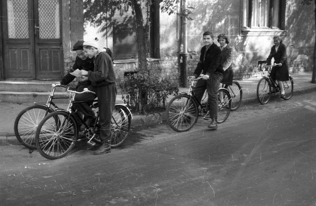 Talán egy nyereménybetékönyvet mutatnak                         egymásnak a fiúk? De a fő kérdés, hogy hol bringázhatnak a srácok?