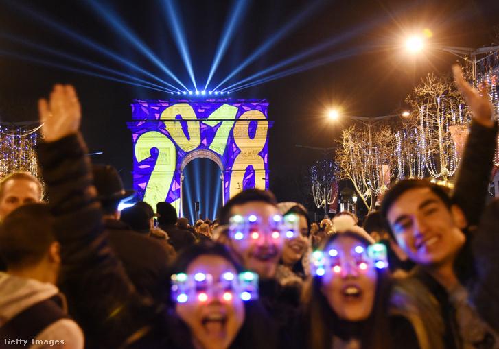 Ünneplő tömeg Párizsban