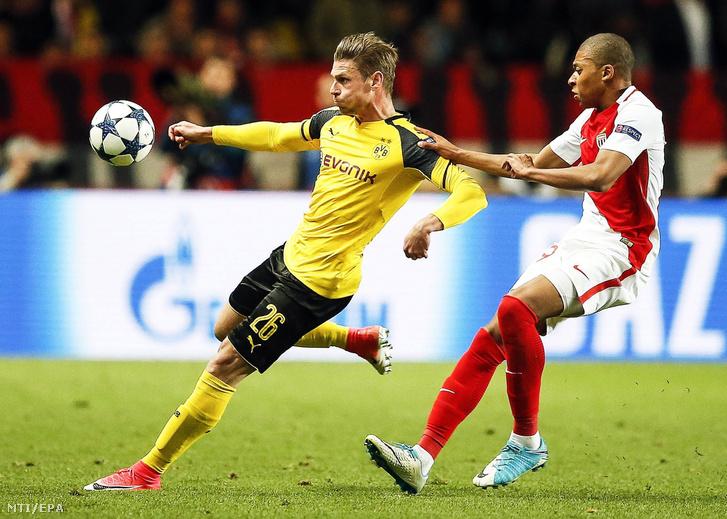 Lukasz Piszczek a német Borussia Dortmund (b) és Kylian Mbappe a francia AS Monaco játékosa a labdarúgó Bajnokok Ligája negyeddöntõjének visszavágó mérkõzésén a monacói II. Lajos Stadionban 2017. április 19-én.