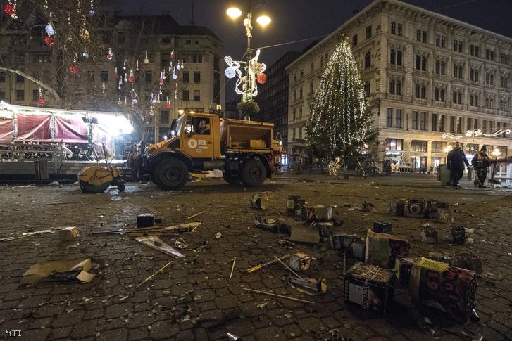 A Fővárosi Közterület-fenntartó Zrt. (FKF) dolgozói takarítanak a szilveszteri ünneplés után a belvárosi Vörösmarty téren