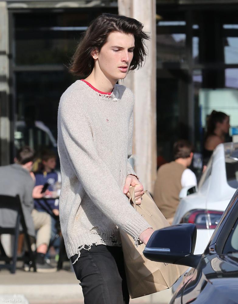 A fiatal férfi egyébként nem tervezi, hogy egész életében modell lesz, van zenekara is, amiben gitározik és énekel, emellett pedig filmszakra jár egy kaliforniai egyetemen.