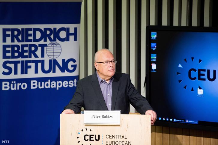 Balázs Péter korábbi külügyminiszter a CEU Európai Szomszédságpolitikai Kutatóközpontja igazgatója beszédet mond a migráció valamint a közép- és kelet-európai nemzetek identitásának témáját is érintő angol nyelvű konferencián a Közép-európai Egyetem V. kerületi Nádor utcai épületében 2017. május 29-én.
