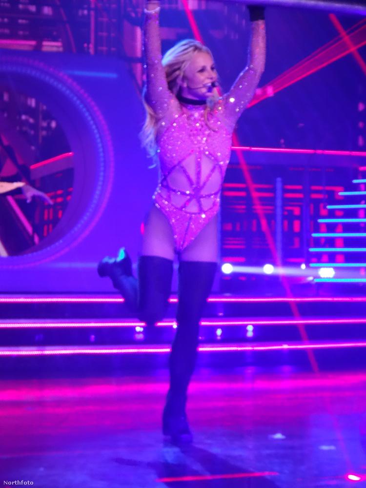 Az énekesnő az este folyamán egyre kevesebb ruhában adta elő az olyan fontos slágereket, mint a Toxic, a Work Bitch vagy a Baby One More Time.