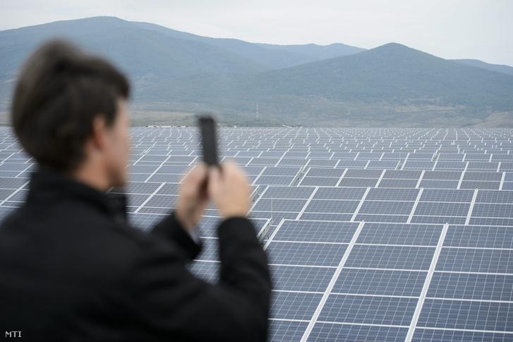 Napelemek a Mátrai Erőmű Zrt. 16 megawattos naperőművében Visonta közelében az átadás napján 2015. október 14-én.