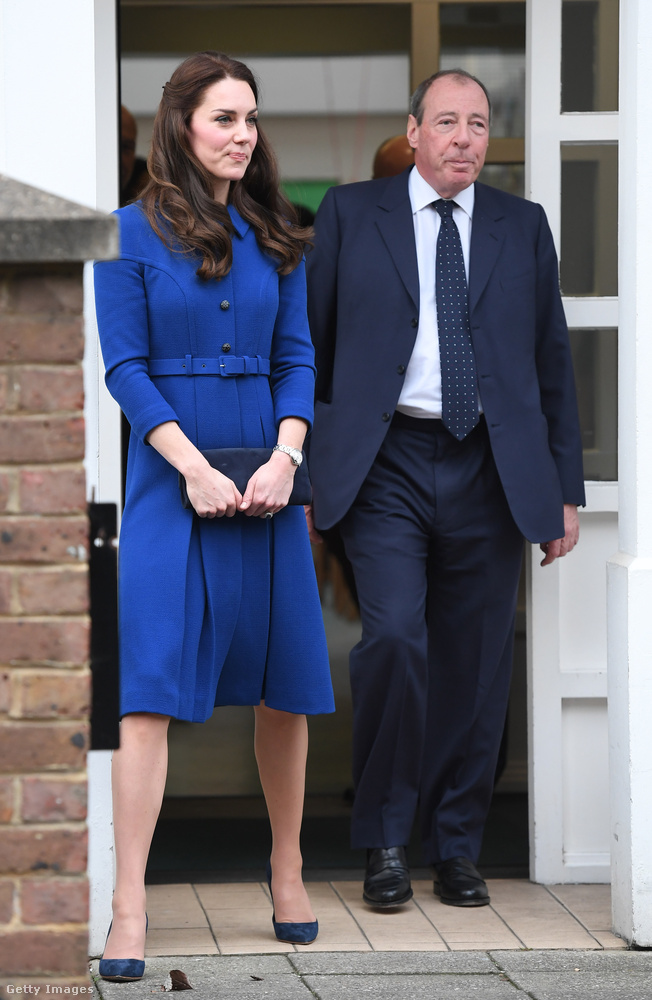 Kék Eponine kabát és hozzá illő kiegészítők Észak-Londonban