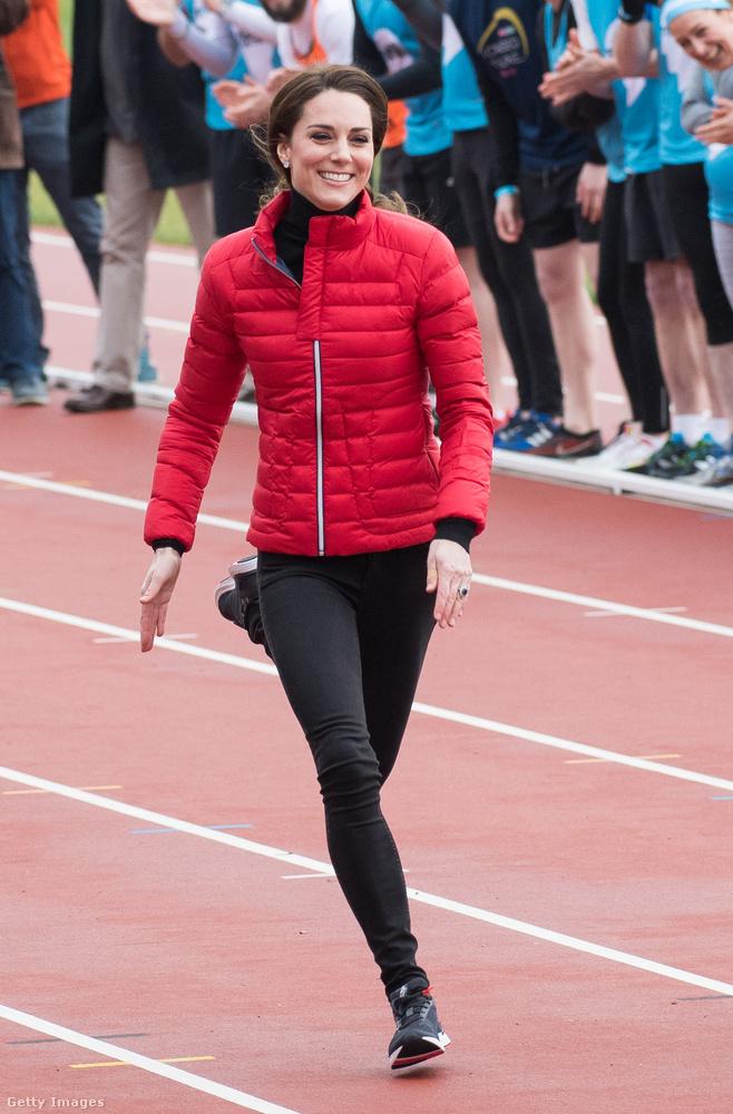 Sportolni sem lehet akármiben, a hercegné 5922 dollárt, körülbelül 1,5 millió forintot költött erre a Perfect dzsekire, Zara jeggingsre, New Balance cipőre, Iris & Ink garbóra és Asprey fülbevalókra, amiben a londoni Marathon Trainingen jelent meg 2017 februárjában.
