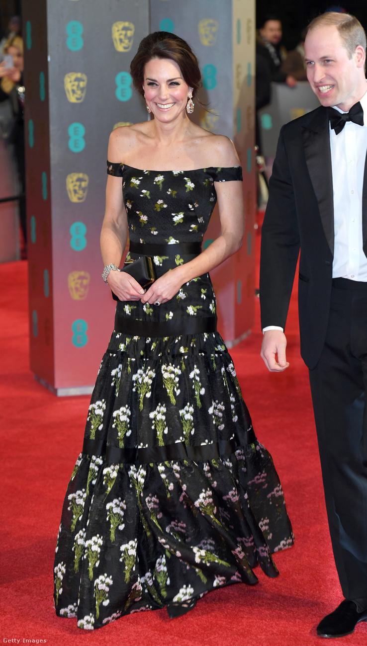 A februári BAFTA-díjátadón viselt Alexander McQueen estélyiruha és clutch táska 10.605 dollárba, nagyjából 2,7 millió forintba került