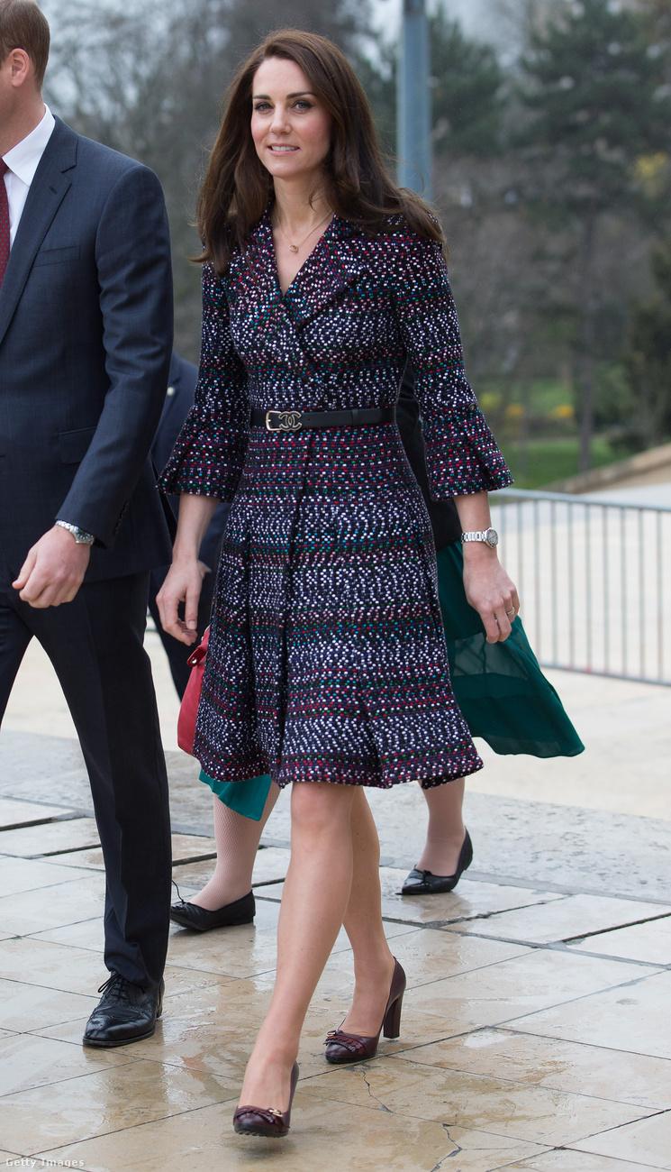 17.277 dollárba, körülbelül 4,4 millió forintba került ez a visszafogott Chanel szett, amit Chanel táskával és Cartier fülbevalókkal tett még elegánsabbá a hercegné 2017 márciusában Párizsban.