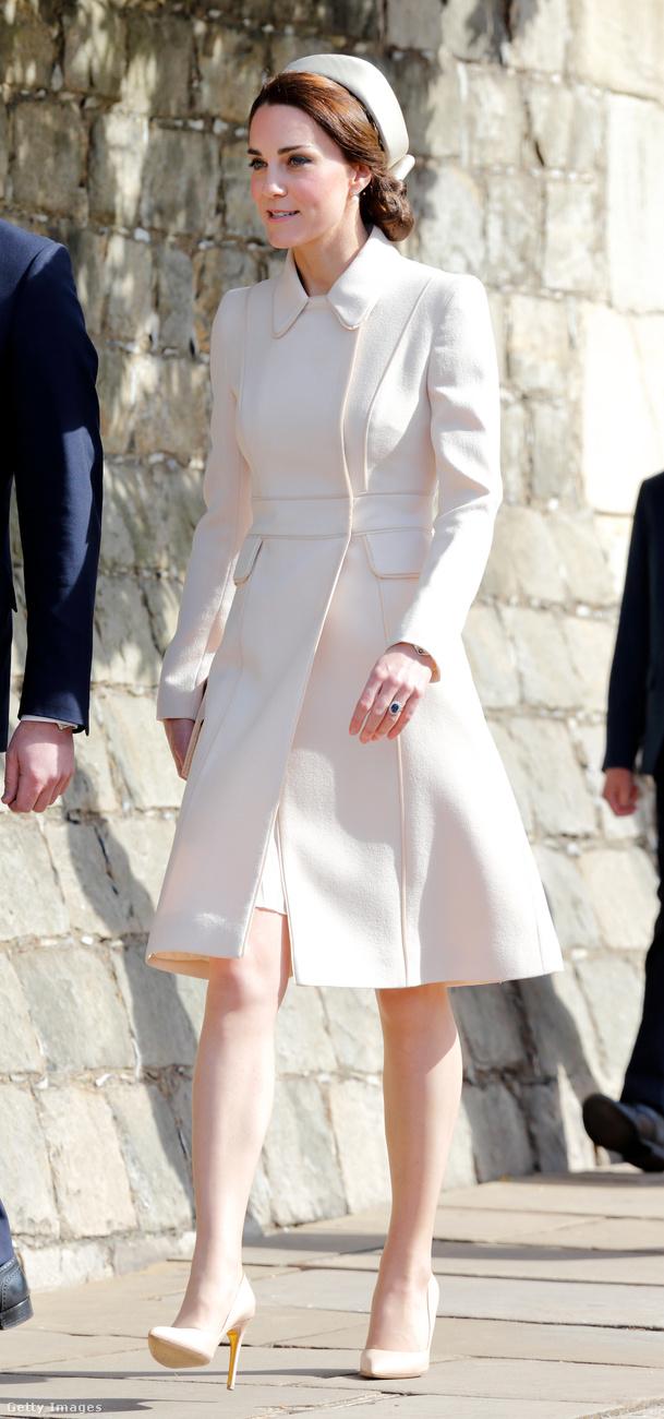 Ezt a krémszínű Catherine Walker kabátruhát, Lock & Co kalapot és Etui táskát húsvét vasárnap viselte a hercegné