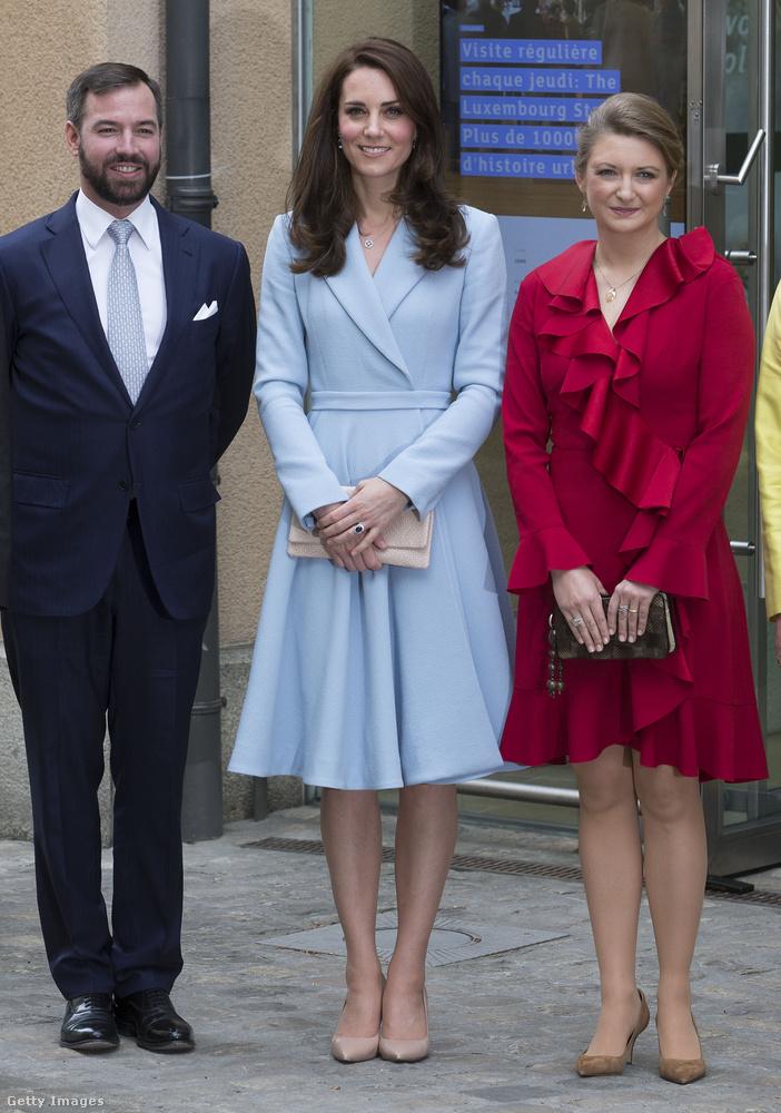 Ez a nude színű kiegészítőkkel kombinált világoskék Emilia Vickstead kabátruhát és Kiki McDonough fülbevalót a luxemburgi látogatása során viselte májusban