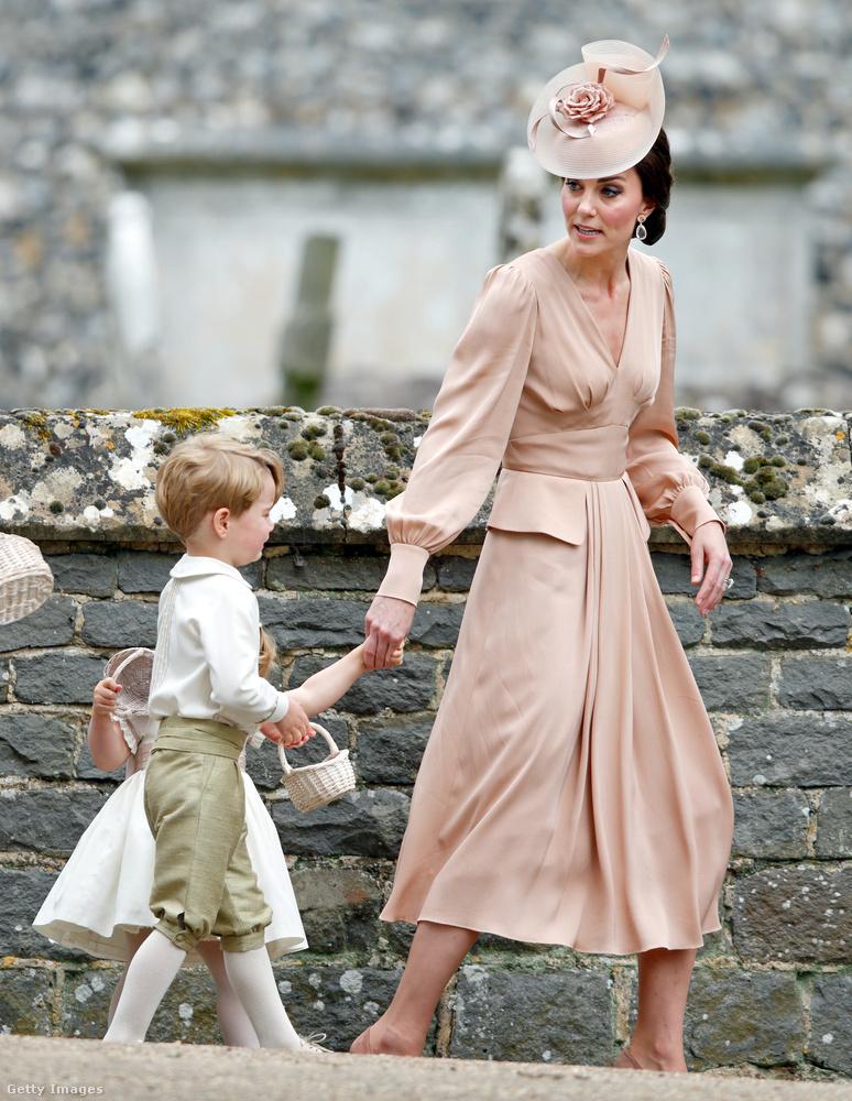 Húga, Pippa Middleton tavaszi esküvőjén Kiki McDonough fülbevalóval és Jane Taylor kalappal egészítette ki a púder árnyalatú Alexander McQueen ruhát