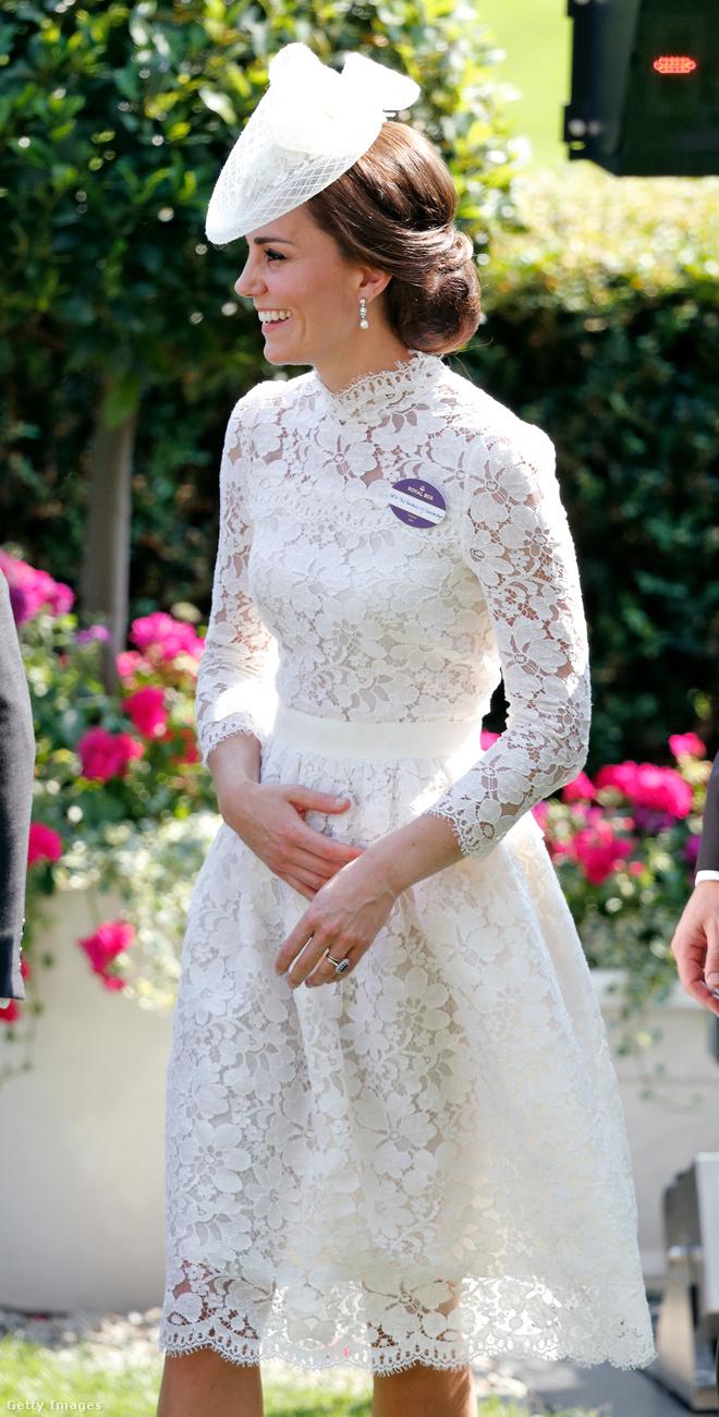 4358 dollárba, körülbelül 1,1 millió forintba került ez az Alexander McQueen által tervezett fehér csipkeruha és fehér kalap, amit az ascoti derbin viselt a hercegné.