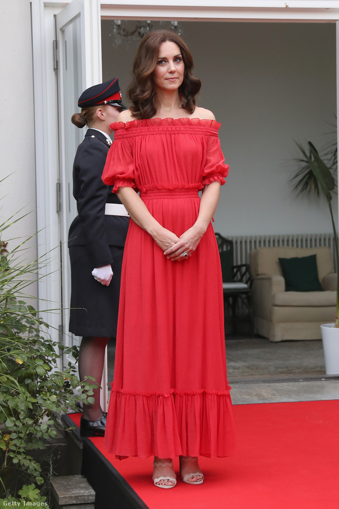 Vállvillantós Alexander McQueen maxiruha, nude színű Prada szandál és Simona Rocha fülbevalók a berlini brit nagykövetségen