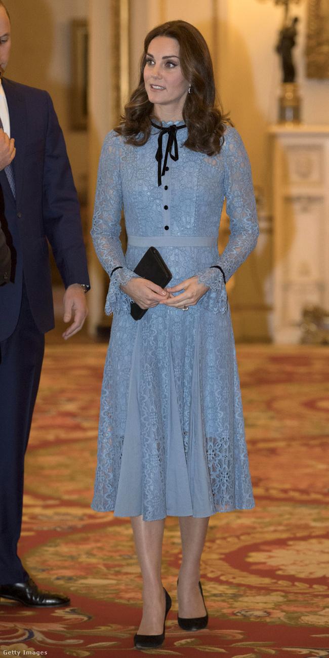 Mintha ráöntötték volna ezt a kék Temperley London ruhát, amit a Buckingham-palotában tartott Mental Health Day-en viselt októberben