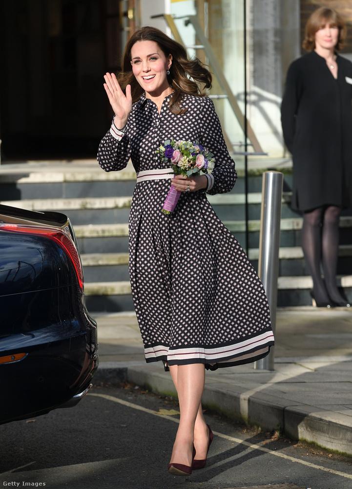 Hétköznapias, 469 dolláros, kb.120 ezer forintos Kate Spade ruha a londoni Foundling Múzeumban.