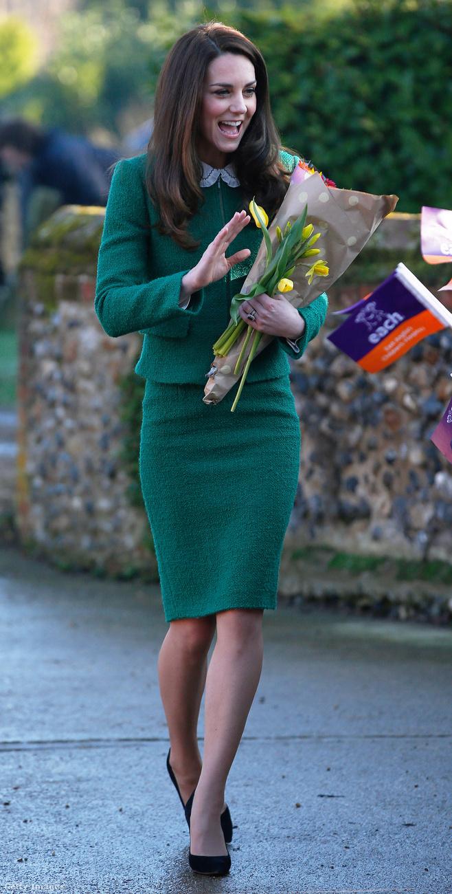 Katalin hercegné egy 611 dolláros, 156 ezer forintos Hobbs kosztümben és Gerard Darel blúzban látogatott meg egy Kelet-Angliai gyerekkórházat 2017 januárjában.