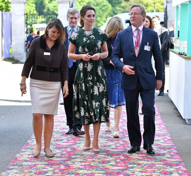 Ebben a virágnyomatos Rochas ruhában vett részt a tavalyi Chelsea Flower Shown